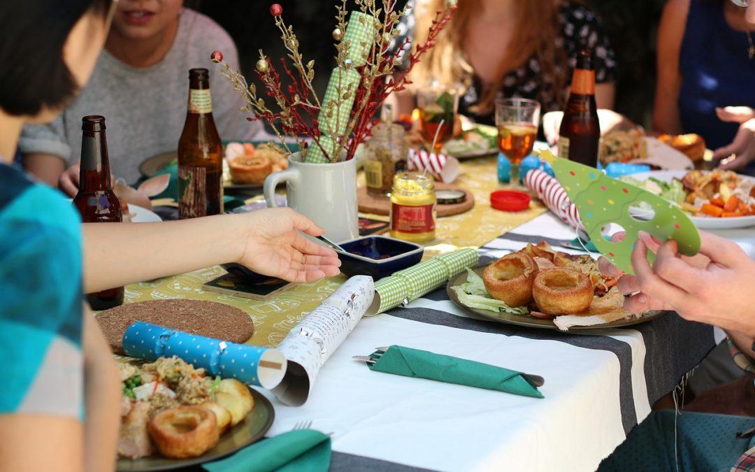 Orner sa table grâce à une assiette jetable